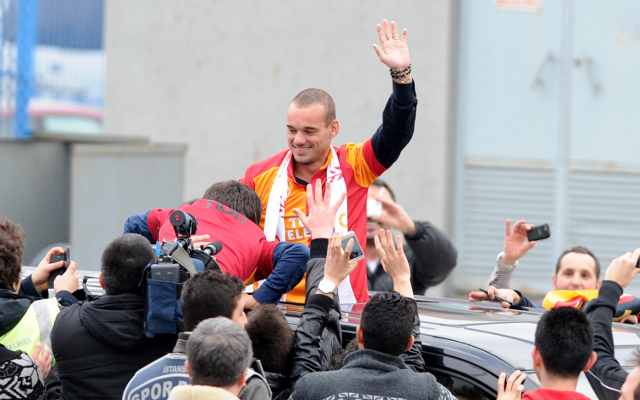 Private: (Video) Welcome to Istanbul Wesley! Galatasaray greet Inter's Sneijder
