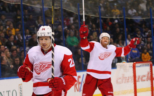 (GIF) Detroit Red Wings fan bails hard after news videobomb fail