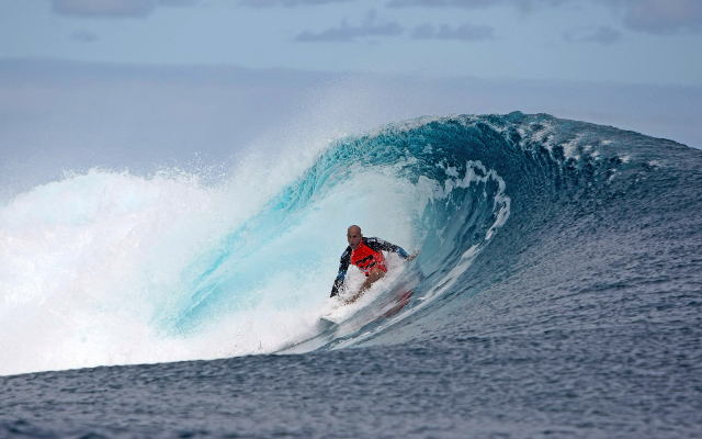 (Video) Kelly Slater defeats surfing world champion Joel Parkinson in Quiksilver pro