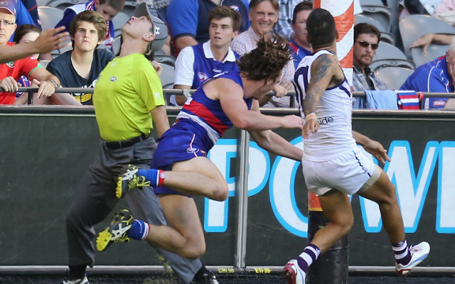 (Video) AFL goal umpire out for the rest of the season due to knee injury
