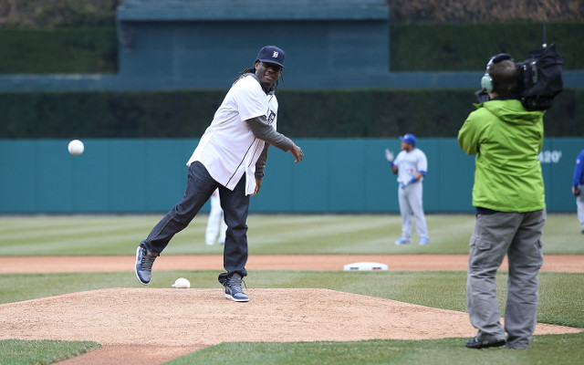 (GIF) College star Denard Robinson delivers terrible first pitch at Detroit Tigers game