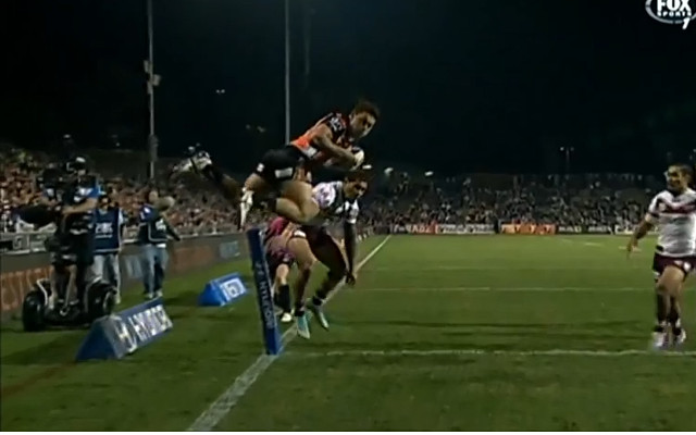 (Video) Wests Tigers winger David Nofoaluma scores a spectacular try in the NRL
