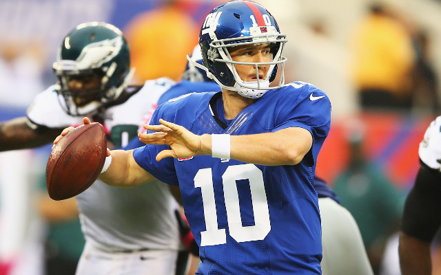 (GIF) New York Giants star Eli Manning falls and fails