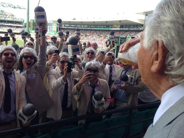 (Video) Bob Hawke drinks a beer with Richie Benaud clones at the SCG