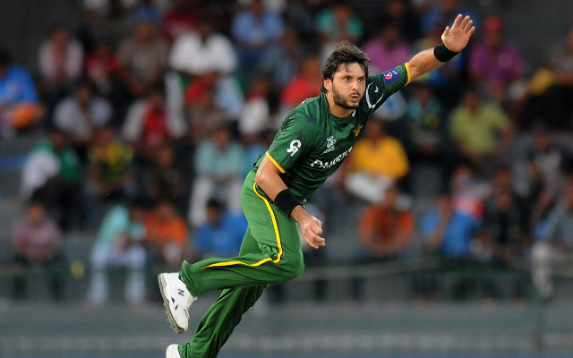 (Vine) Shahid Afridi expertly catches Australia captain George Bailey for Pakistan