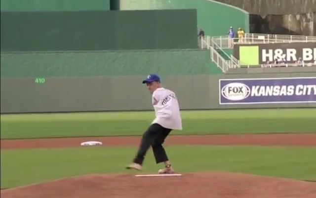 (Video) Man without arms throws out first pitch at a Royals game