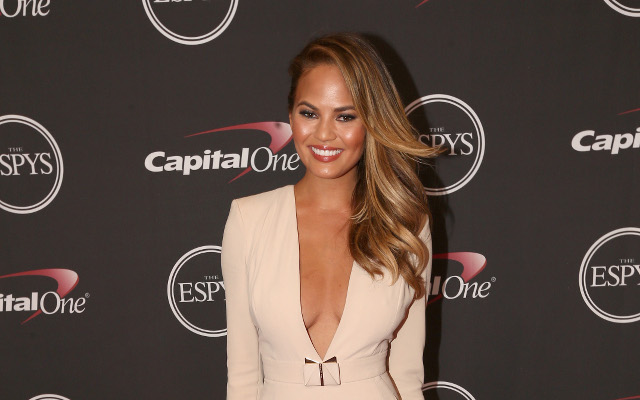 Drunk supermodel Chrissy Teigen throws embarrassing 1st pitch at Dodgers Stadium  (Video)