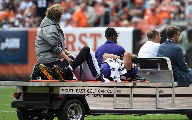 Baltimore Ravens tight end taken out of game with hip injury