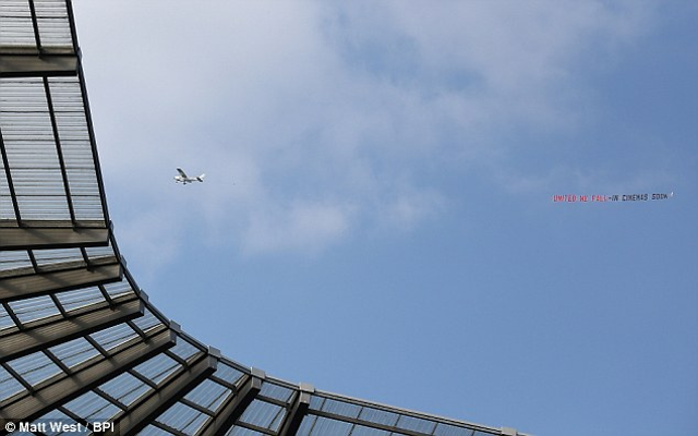 (Image) Manchester City fans troll United with aeroplane banner before Chelsea game