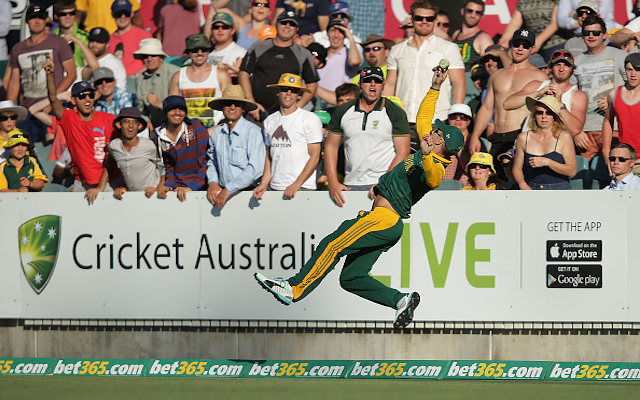 (Video) Brilliant: South Africa allrounder Faf du Plessis prevents an Australia six with incredible backwards dive!