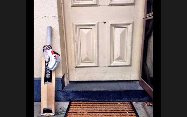 Cricket fans pay special tribute to the late Phillip Hughes with #putoutyourbats