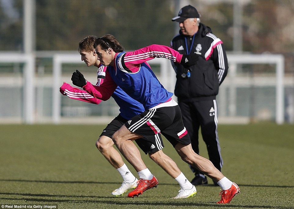 252A579800000578-0-Martin_Odegaard_and_Gareth_Bale_set_off_during_a_sprint_exercise-a-88_1422538759479