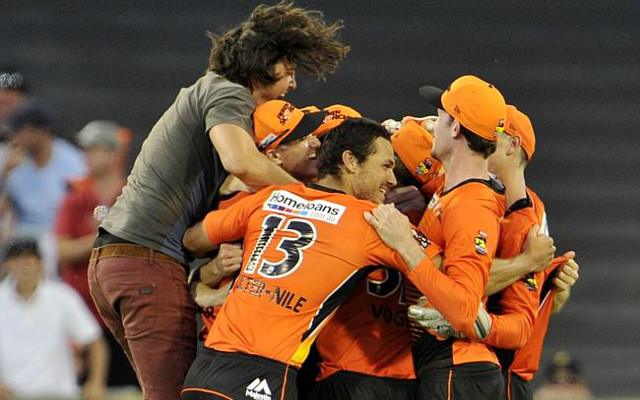 (Video) Rogue fan celebrates with Brad Hogg after Perth Scorchers reach Big Bash final