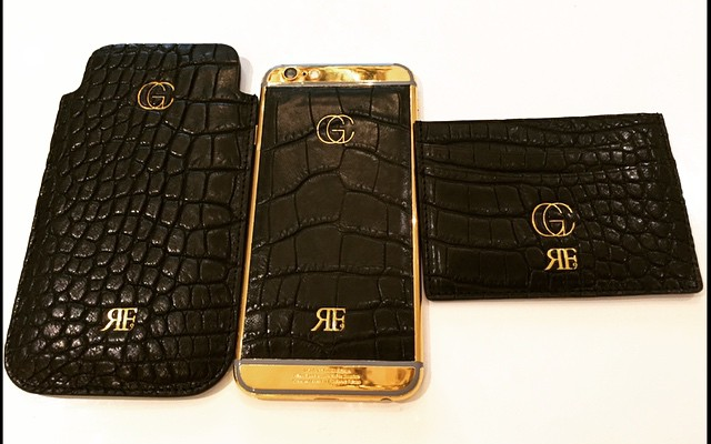 (Image) Which Manchester United star has a ridiculous gold-plated phone?