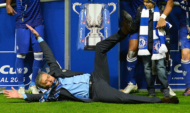 (Video) Mou-donna! Chelsea boss FALLS during cup final celebrations
