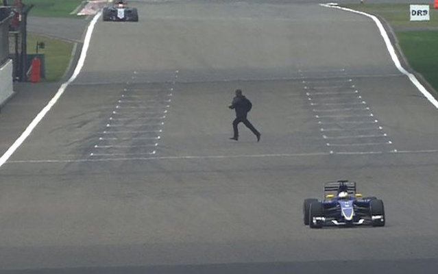 (Video) Reckless F1 fan ran across Chinese Grand Prix track because he wanted to 'try a Ferrari car'