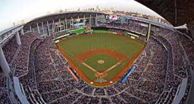 Miami Marlins suffer MLB rain delay despite retractable roof on stadium