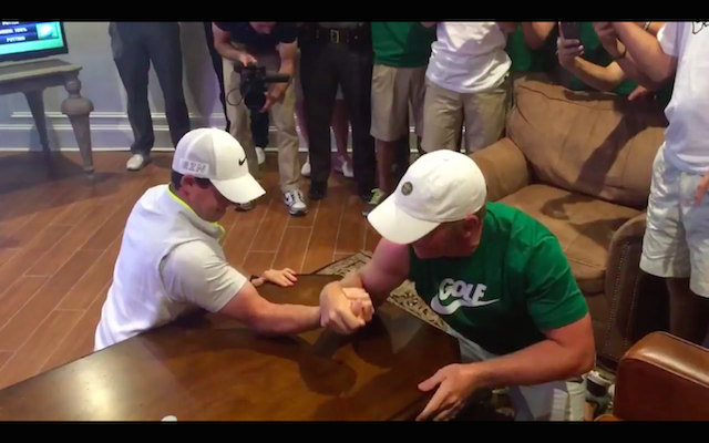 (Video) Rory McIlroy destroyed by 17-year-old in arm wrestle