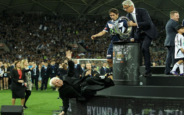 (Video) FFA chairman Frank Lowy brutally falls off stage during A-League grand final trophy presentation