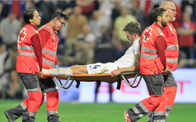 (Video) Michael Carrick suffers suspected ankle ligament damage, comforted by Man United teammate